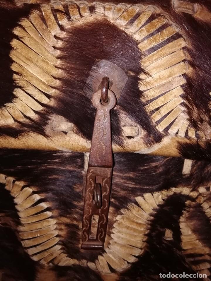 Arte: Maleta en piel de vaca. Trabajo Colonial (Mexico) S. XVII Medidas: 34 x 38 x 65 cm - Foto 4 - 152024866