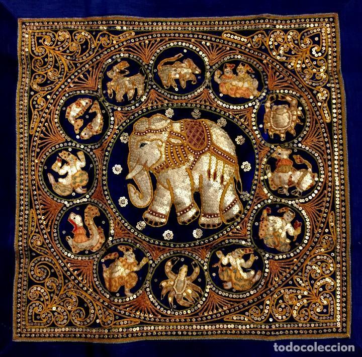 EXTRAORDINARIO TAPIZ THAILANDES CON ELEFANTE Y BORDADOS A MANO - 70 X 62 CM (Arte - Étnico - Asia)