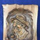 Arte: ALTO RELIEVE TALLA MADERA TABLA PINO HOMBRE SOMBRERO FUMANDO PIPA AUSTRIA SANT ANTON 1970 41X33X8CM. Lote 158224438