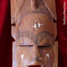 Arte: INTERESANTE MASCARA AFRICANA TALLADA EN MADERA Y NACAR SIMIL MARFIL 48 CM. Lote 158662374