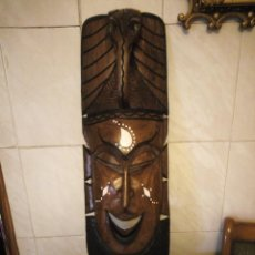 Arte: EXTRAORDINARIA MASCARA AFRICANA TALLADA A MANO EN MADERA CON INCRUSTACIONES DE HUESO O MARFIL.. Lote 159418554