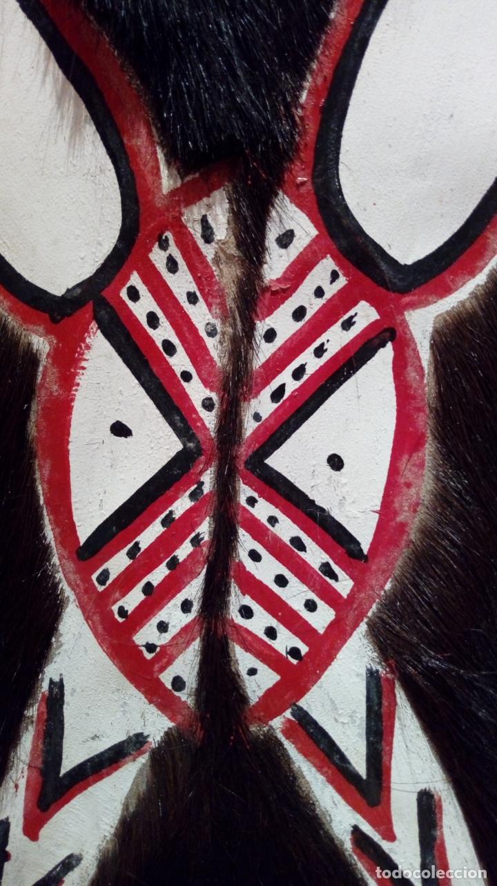 Arte: Escudo africano Masai pintado a mano. Piel bovina con pelo. Medidas 60 X 35 cm - Foto 4 - 168337580