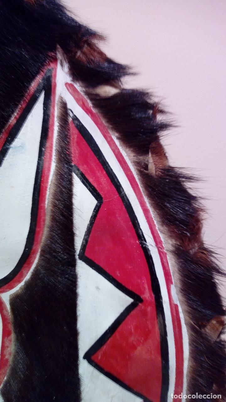 Arte: Escudo africano Masai pintado a mano. Piel bovina con pelo. Medidas 60 X 35 cm - Foto 5 - 168337580