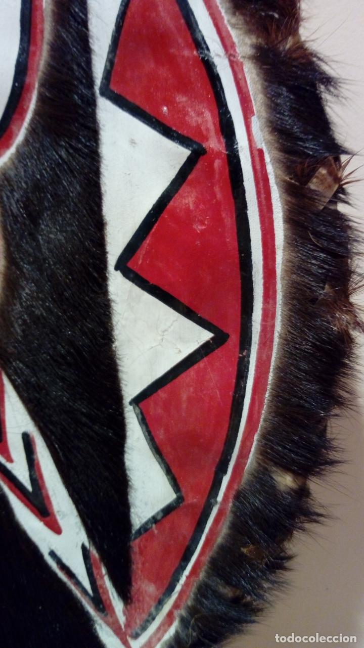 Arte: Escudo africano Masai pintado a mano. Piel bovina con pelo. Medidas 60 X 35 cm - Foto 6 - 168337580