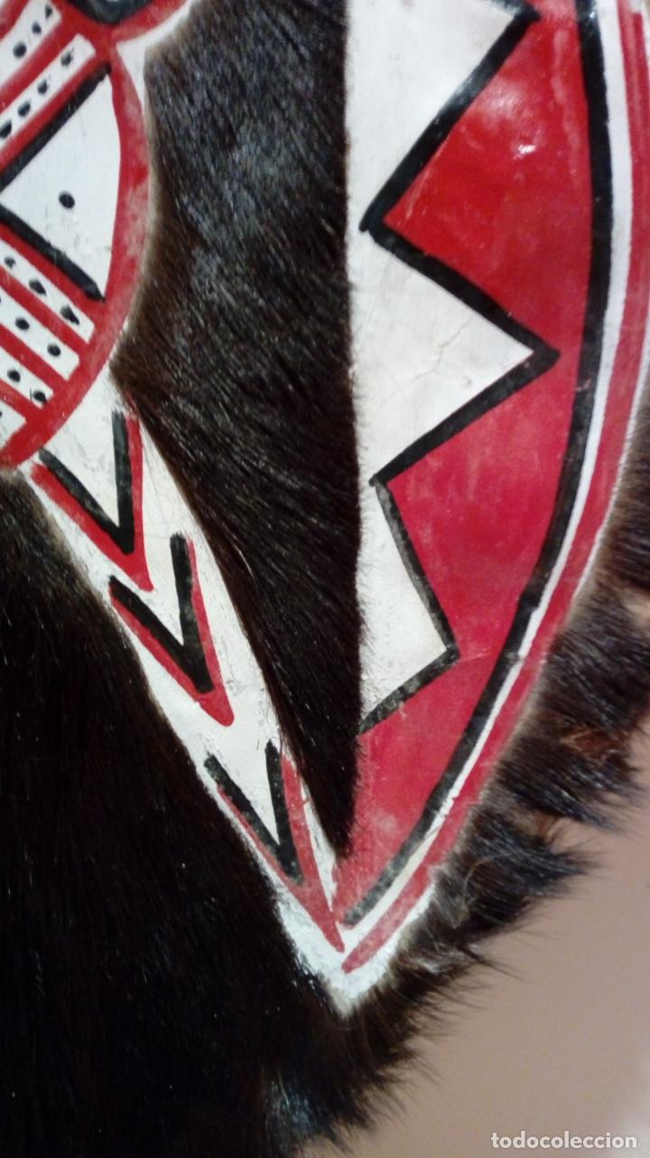 Arte: Escudo africano Masai pintado a mano. Piel bovina con pelo. Medidas 60 X 35 cm - Foto 7 - 168337580