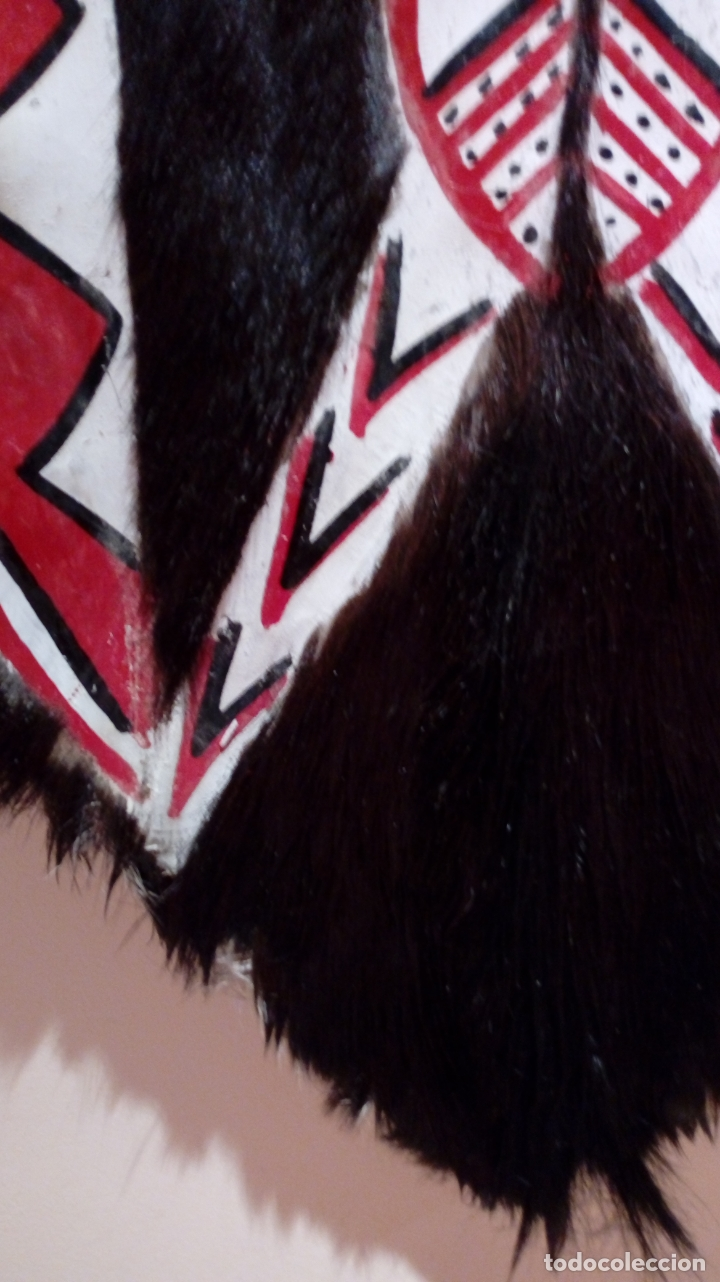 Arte: Escudo africano Masai pintado a mano. Piel bovina con pelo. Medidas 60 X 35 cm - Foto 8 - 168337580