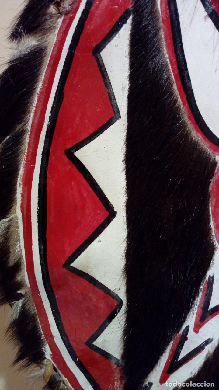 Arte: Escudo africano Masai pintado a mano. Piel bovina con pelo. Medidas 60 X 35 cm - Foto 9 - 168337580