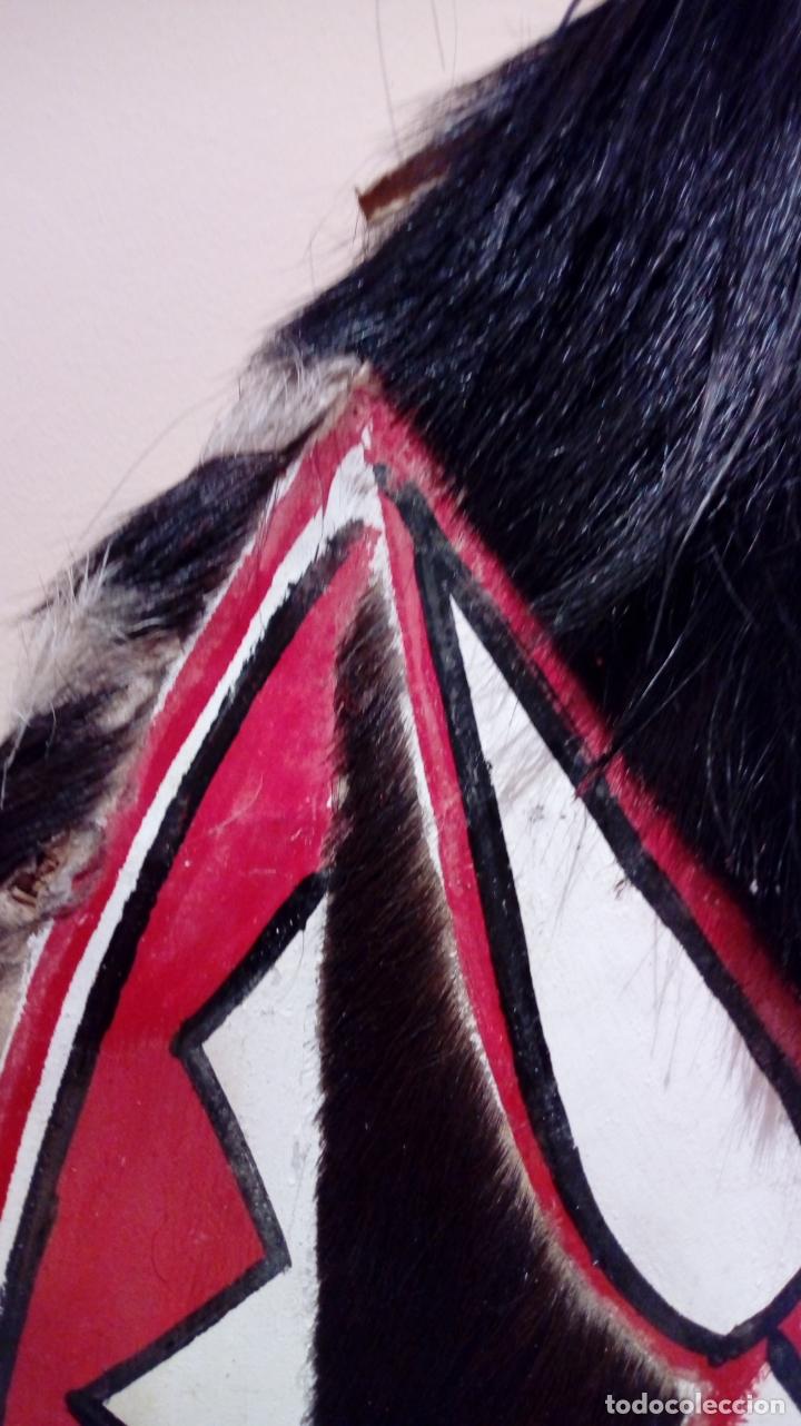 Arte: Escudo africano Masai pintado a mano. Piel bovina con pelo. Medidas 60 X 35 cm - Foto 10 - 168337580