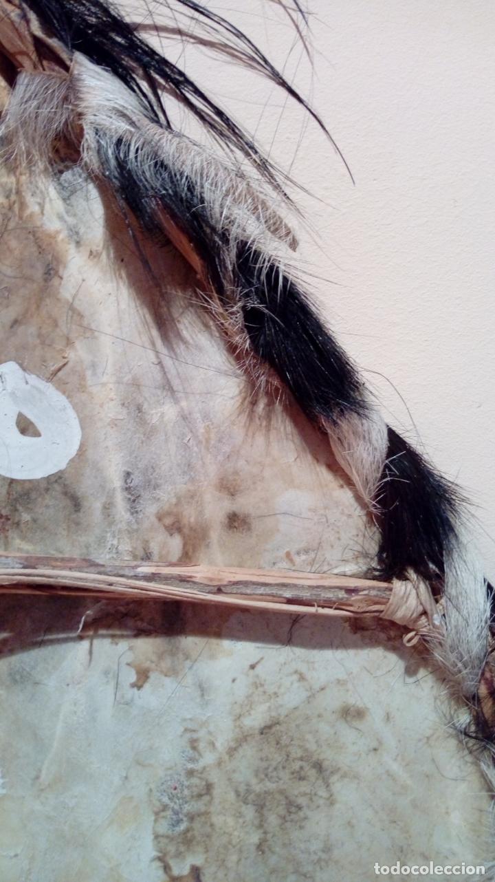 Arte: Escudo africano Masai pintado a mano. Piel bovina con pelo. Medidas 60 X 35 cm - Foto 12 - 168337580