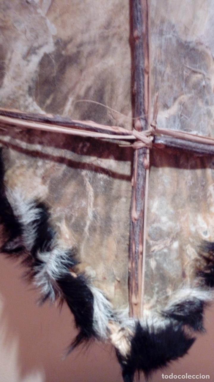 Arte: Escudo africano Masai pintado a mano. Piel bovina con pelo. Medidas 60 X 35 cm - Foto 15 - 168337580