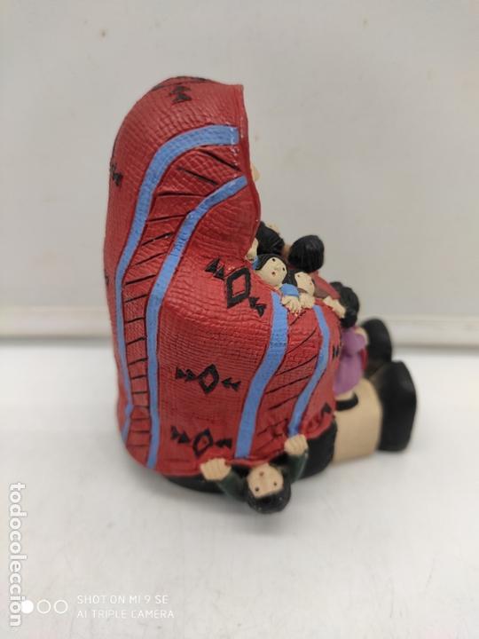 Arte: Original figura antigua de señora indigena arropando a niños con su poncho pintada a mano . - Foto 2 - 171828693