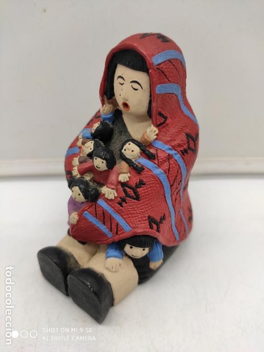 Arte: Original figura antigua de señora indigena arropando a niños con su poncho pintada a mano . - Foto 5 - 171828693