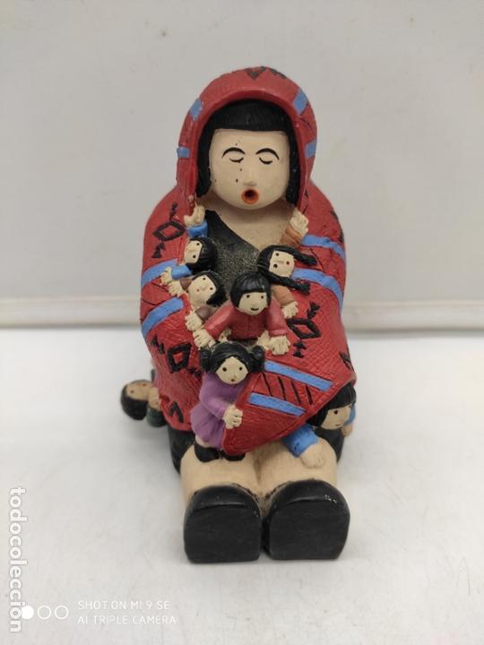 Arte: Original figura antigua de señora indigena arropando a niños con su poncho pintada a mano . - Foto 6 - 171828693