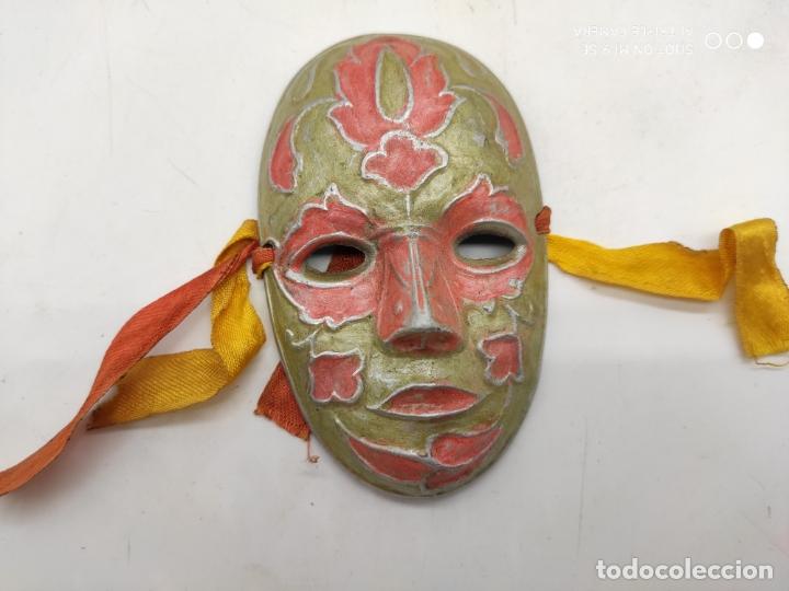 BELLA MÁSCARA ANTIGUA VENECIANA EN METAL PLATA CON ESMALTES NACARADOS PINTADA A MANO . (Arte - Étnico - Europa)