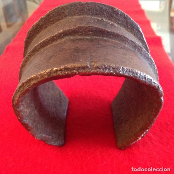 Arte: Preciosa Tobillera de bronce Ekonda, Congo, pesa unos 3 kg. Bien conservada. Ver fotos. - Foto 6 - 176119703