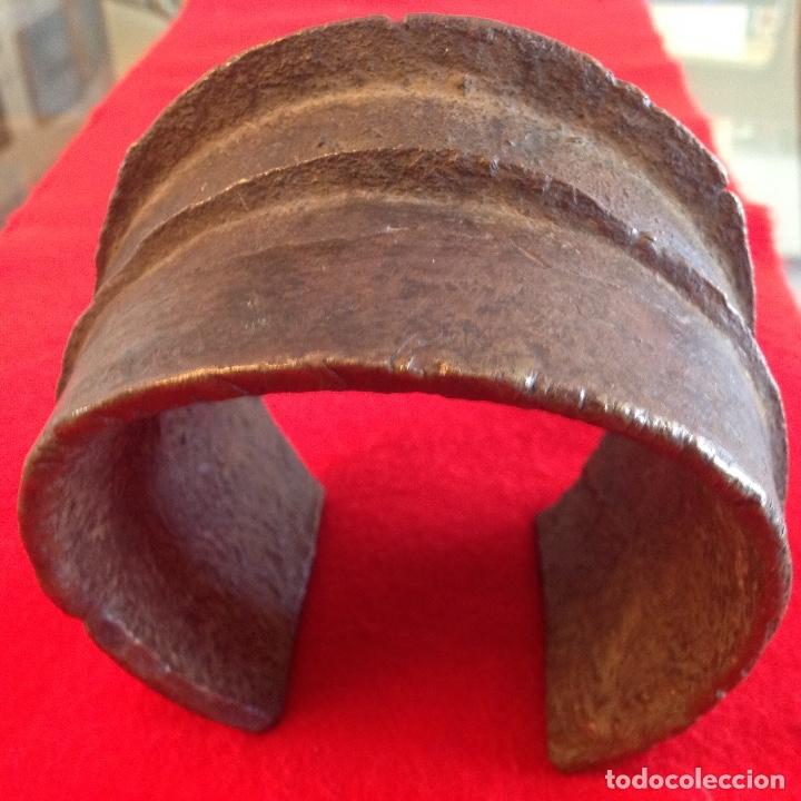 Arte: Preciosa Tobillera de bronce Ekonda, Congo, pesa unos 3 kg. Bien conservada. Ver fotos. - Foto 7 - 176119703