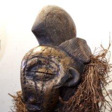 Arte: MASCARA AFRICANA MADERA Y LATÓN CON SOPORTE. Lote 177311413