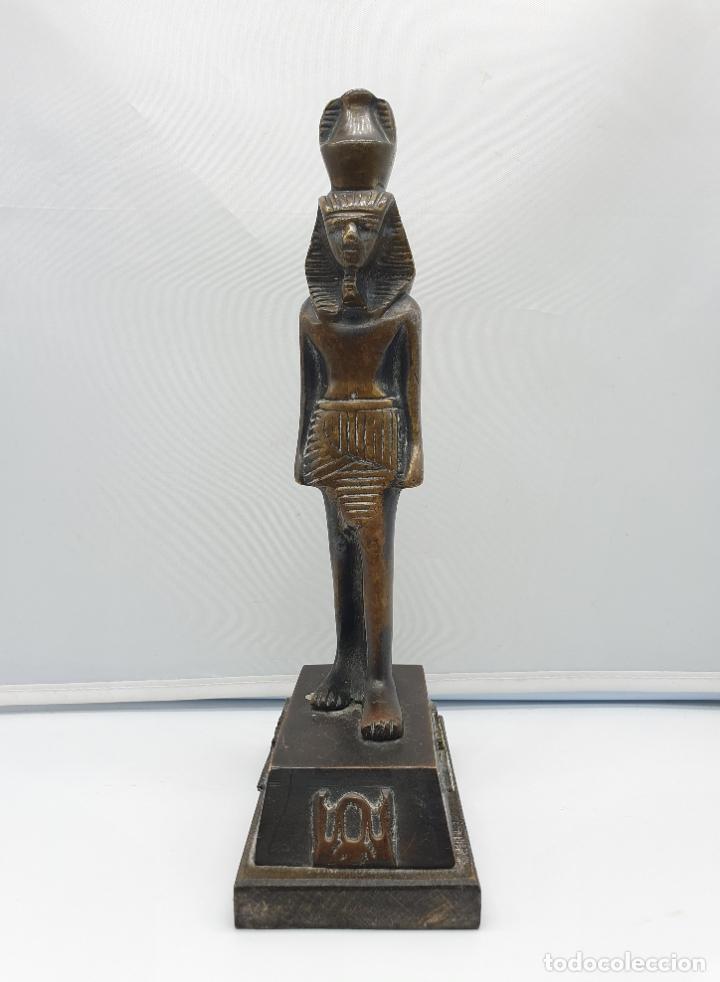 Arte: Escultura antigua de tutankamón en bronce macizo sobre peana de madera . - Foto 2 - 178344615