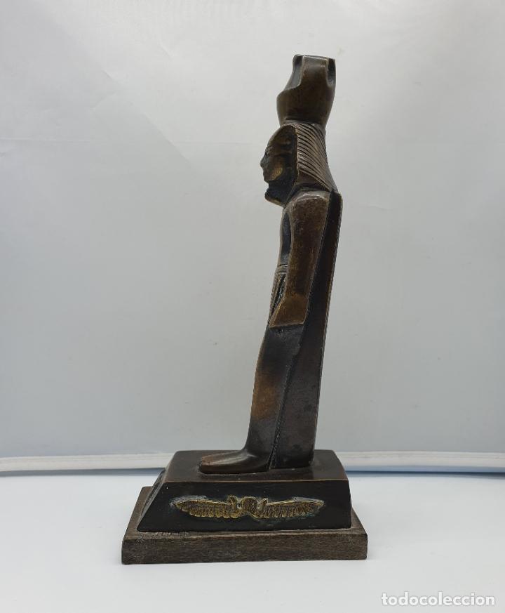 Arte: Escultura antigua de tutankamón en bronce macizo sobre peana de madera . - Foto 3 - 178344615
