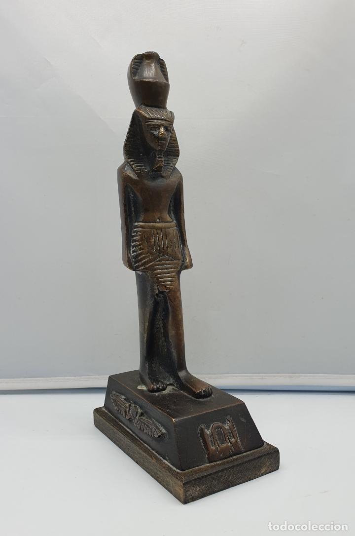 ESCULTURA ANTIGUA DE TUTANKAMÓN EN BRONCE MACIZO SOBRE PEANA DE MADERA . (Arte - Étnico - África)
