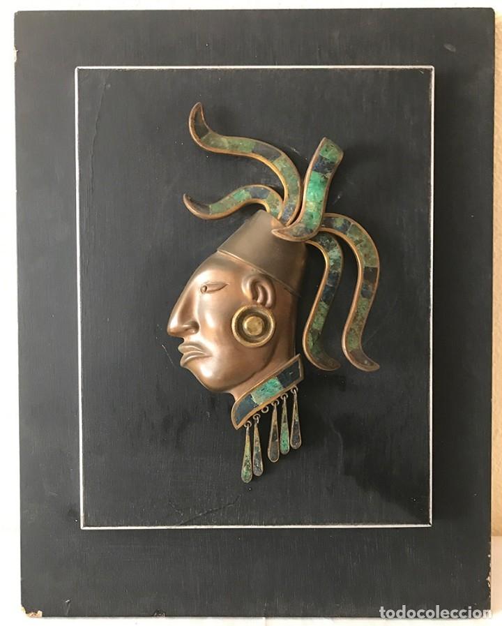 PLACA DE MADERA DE PARED CON MASCARA MAYA EN LATÓN, COBRE MUY ELABORADA ADORNOS LATÓN Y PIEDRAS (Arte - Étnico - América)
