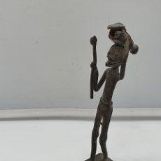 Arte: CURIOSA FIGURA ANTIGUA AFRICANA DE NATIVO PORTADOR EN BRONCE DE BENÍN .. Lote 181207157