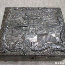 Arte: CAJA CHINA DE METAL PLATEADO CON RELIEVES PALACIO CHINO Y DRAGÓN, CIRCA 1900, 18X15,3X7,5 CM. Lote 182567561