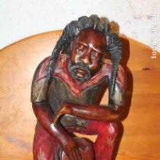 Arte: GRAN TALLA DE MADERA RASTAFARI JAMAICA HOMRE TOCANDO TAMBOR. Lote 182598700