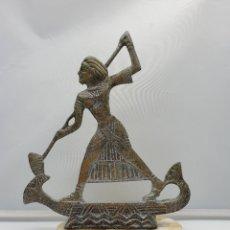 Arte: ESCULTURA ANTIGUA EGIPCIA EN METAL SOBRE PEANA DE ALABASTRO, EGIPCIO SOBRE CANOA, HECHA EN EL CAIRO . Lote 182751733