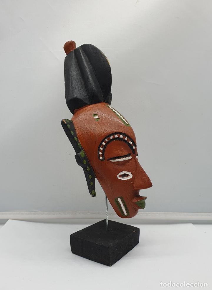 Arte: Escultura de mascara en madera tallada y decorada a mano sobre peana . - Foto 2 - 182764968