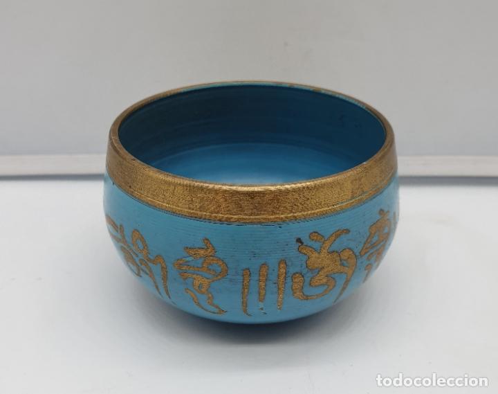 Arte: Cuenco antiguo tibetano musical para meditar, en bronce con bellos grabados de mantras y esmalte . - Foto 2 - 182770002