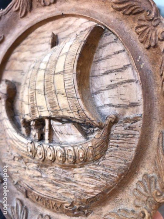 Arte: Antigua talla plato barco vikingo a mano sverige vintage suecia medallon tallado calidad una pieza - Foto 7 - 182939762