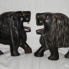 Arte: PAREJA DE LEONES TALLADOS EN MADERA. TALLA AFRICANA.. Lote 183016941
