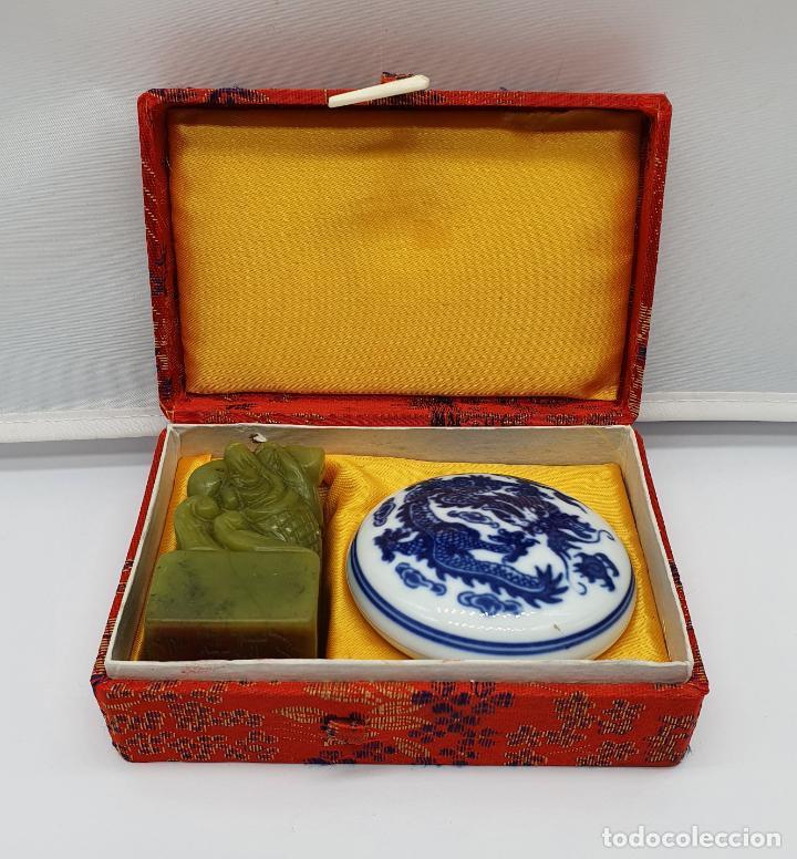 Arte: Sello chino de dragón tallado a mano en jade y cajita de porcelana con tinta roja a juego . - Foto 9 - 184052730