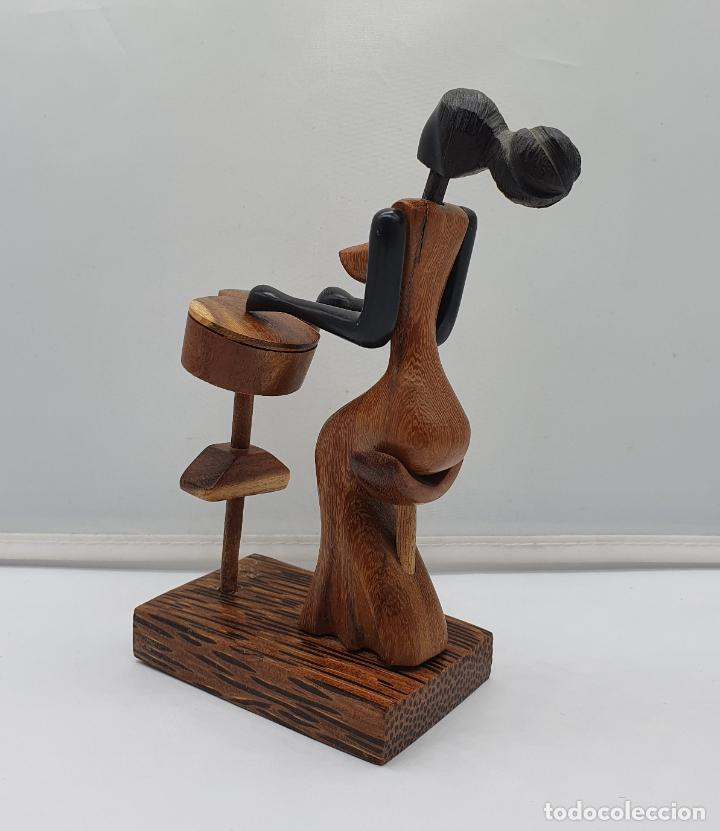 Arte: Original escultura Cubana de mujer tocando música en maderas tropicales nobles, tallado a mano . - Foto 4 - 184123605