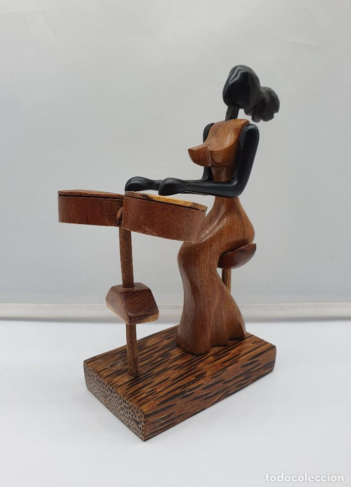 Arte: Original escultura Cubana de mujer tocando música en maderas tropicales nobles, tallado a mano . - Foto 5 - 184123605