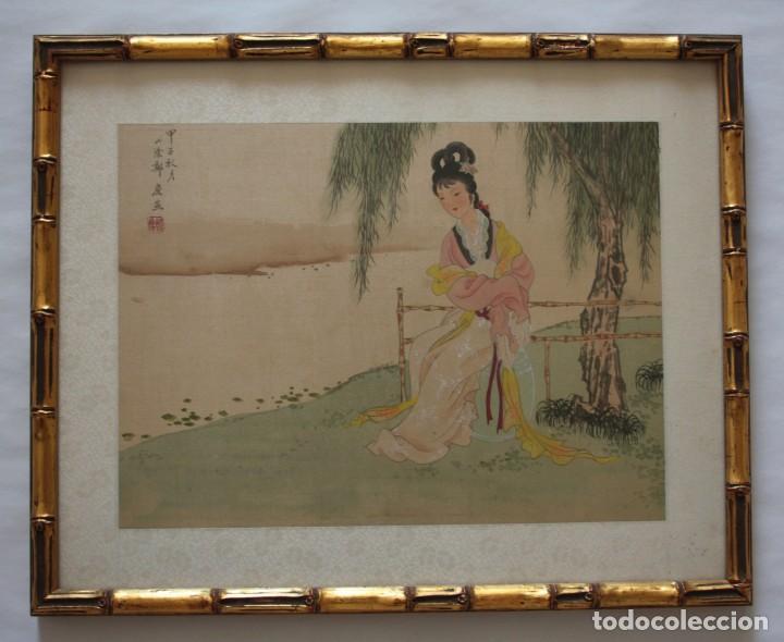 ANTIGUA PINTURA CHINA SOBRE SEDA FIRMADA Y CALIGRAFIADA CON MARCO DE BAMBÚ DORADO. MUJER BAJO ÁRBOL. (Arte - Étnico - Asia)
