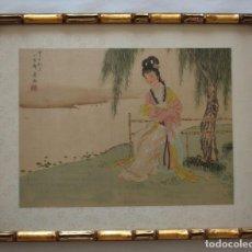 Arte: ANTIGUA PINTURA CHINA SOBRE SEDA FIRMADA Y CALIGRAFIADA CON MARCO DE BAMBÚ DORADO. MUJER BAJO ÁRBOL.. Lote 186248075