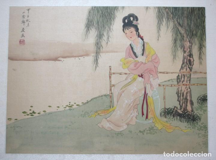 Arte: Antigua pintura china sobre seda firmada y caligrafiada con marco de bambú dorado. Mujer bajo árbol. - Foto 2 - 186248075