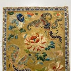 Arte: 2 BORDADOS CHINOS SOBRE SEDA S. XIX , MOTIVOS DE DRAGONES Y FLORAL. Lote 188651897
