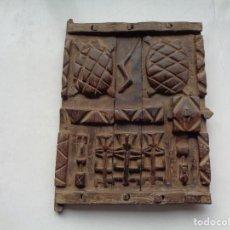 Arte: PEQUEÑA PUERTA ANTIGUA LABRADA EN MADERA. Lote 191286012