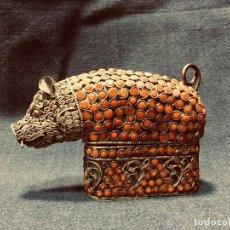 Arte: CAJA METAL DORADO ARTESANAL TIBET NEPAL ESMALTES VIDRIO CORAL JABALI CERDO ANIMAL 6,5X10X3CMS. Lote 192037857