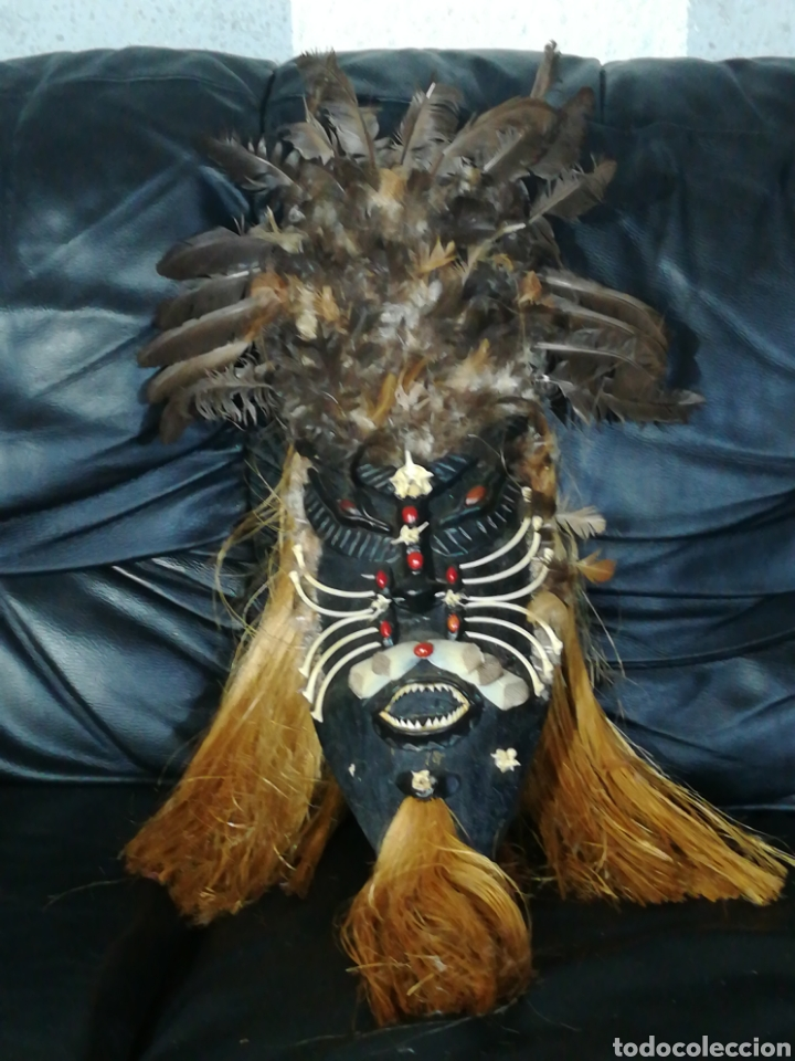 ANTIGUA MASCARA DE MADERA ADORNADO CON HUESOS DE PEZ PIRAÑA Y PLUMAS DE PAJAROS ,AMAZONAS (Arte - Étnico - América)