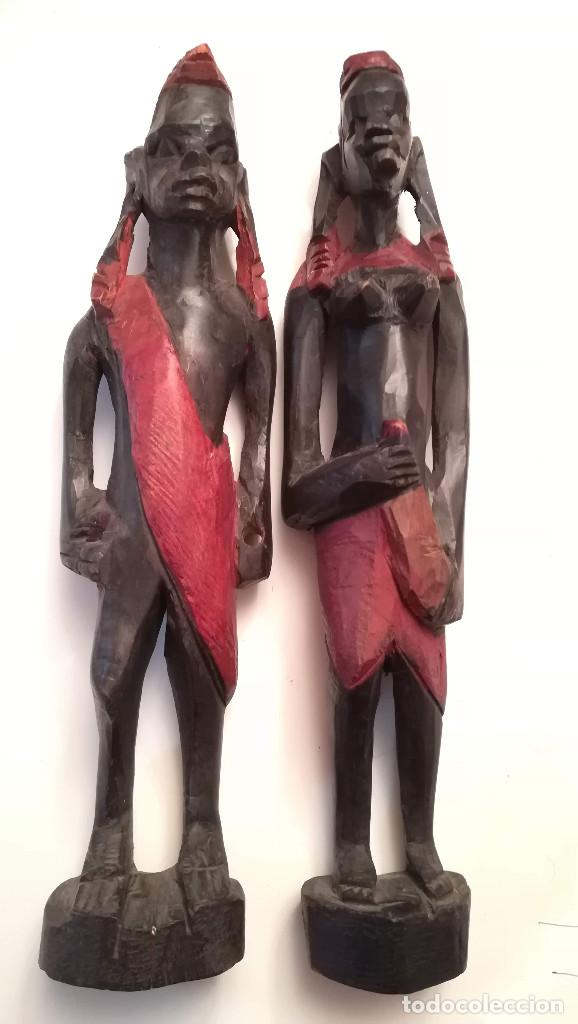 ANTIGUA PAREJA DE FIGURAS TALLADAS EN MADERA DE ORIGEN AFRICANO (Arte - Étnico - África)