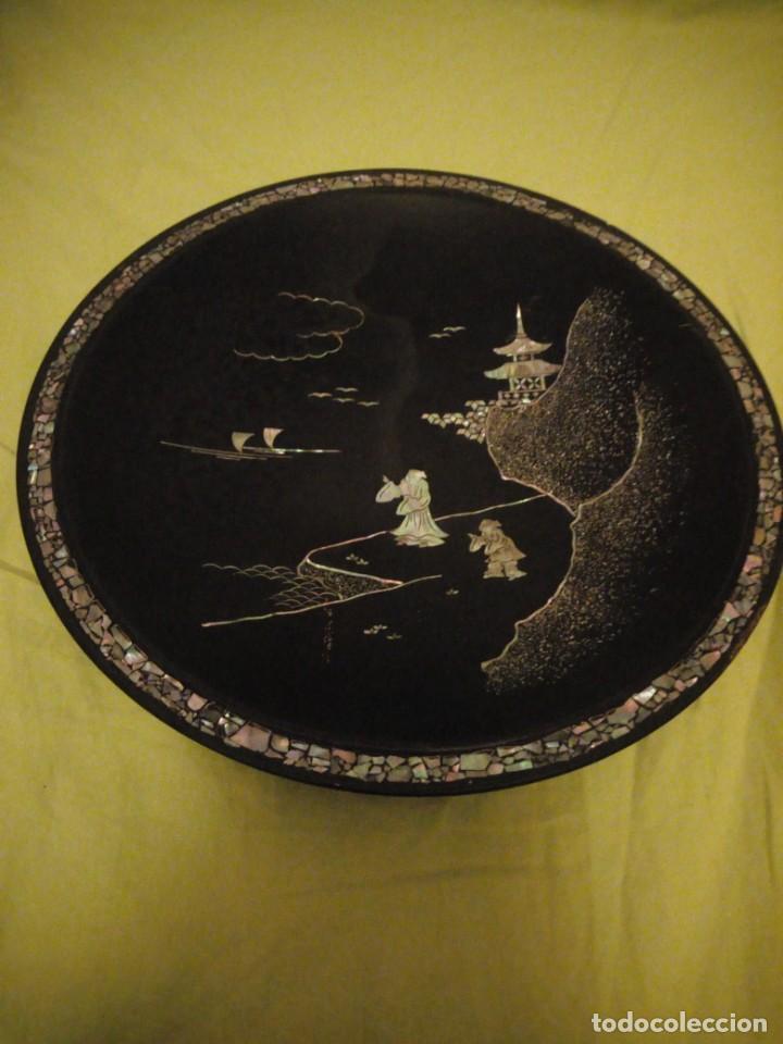 Arte: Antiguo plato de madera con motivos chinescos en nácar madre perla. - Foto 2 - 195797813