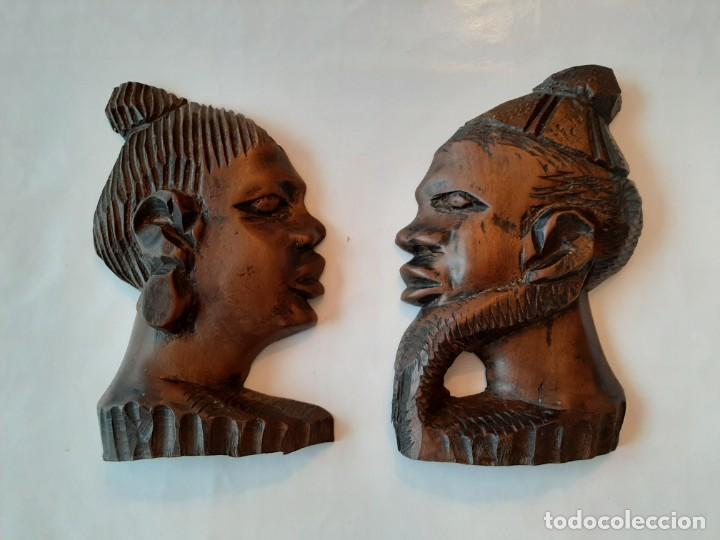 R 1824 ANTIGUA PAREJA DE CARAS DE MADERA AFRICANA TALLADA A MANO PARA COLGAR (Arte - Étnico - África)