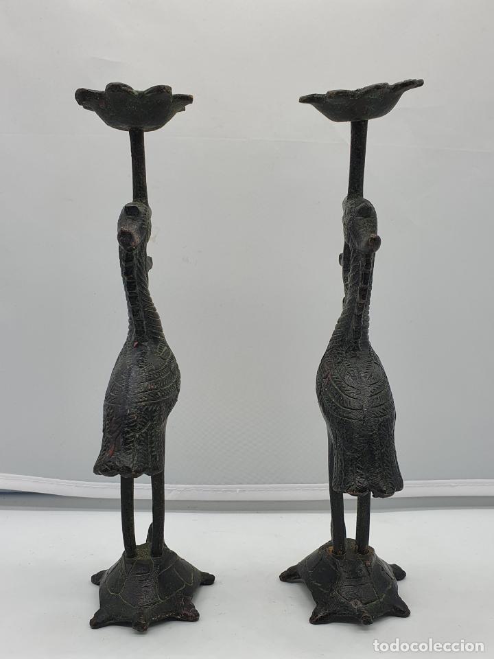 Arte: Candelabros antiguos en bronce de grullas sobre tortugas hechas en Japón, periodo Meiji (1868 -1912) - Foto 2 - 200812896