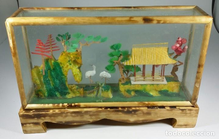 VITRINA CON MINIATURAS. DIORAMA CHINO. DE CORCHO, BAMBÚ. PAGODA EN PAISAJE ORIENTAL (Arte - Étnico - Asia)