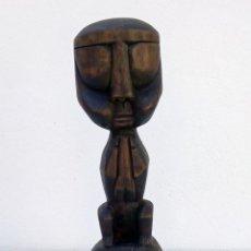 Arte: ESCULTURA FIGURA TALLA DE MADERA REALIZADA A MANO ÉTNICA AFRICANA HOMBRE SENTADO ALTURA 44 CM.. Lote 213174756