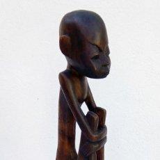 Arte: ESCULTURA FIGURA TALLA DE MADERA REALIZADA A MANO ÉTNICA AFRICANA HOMBRE SENTADO ALTURA 48 CM.. Lote 213175295